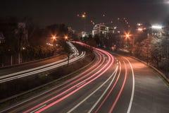 Autostrada senza pedaggio alla notte fotografie stock