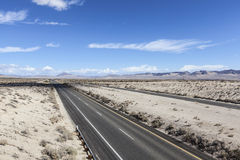 Autostrada senza pedaggio da uno stato all'altro 15 nel deserto del Mojave Immagini Stock
