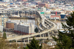 Autostrada senza pedaggio da uno stato all'altro sopra il ponte di Marquam a Portland Immagine Stock