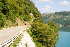 Autostrada senza pedaggio lungo il lago zlatar della riva in Serbia Immagine Stock