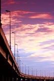Autostrada senza pedaggio nell'ambito del tramonto fotografie stock libere da diritti