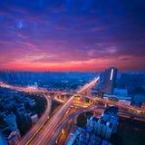 Autostrada senza pedaggio nella notte con l'indicatore luminoso delle automobili Immagini Stock