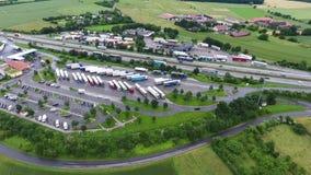Autostrada spoczynkowy teren i ciężarówka parking zbiory
