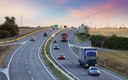 Autostrada transport z samochodami i ciężarówką Obraz Royalty Free