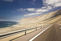 Autostrada w chilean pustyni przez brzegowej linii Obrazy Stock