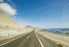 Autostrada w chilean pustyni przez brzegowej linii Obraz Royalty Free