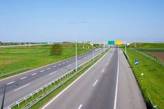 Autostrada w naturze, strona popiera kogoś z agro polami - obok - Obraz Stock