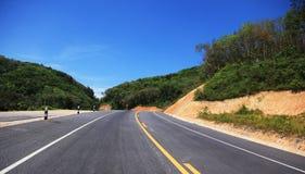 Autostrada wzdłuż góry i niebieskiego nieba Obraz Stock