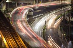 Autostrada z ciężkim ruchem drogowym przy nocą Ludzie podróżuje out na f Fotografia Stock