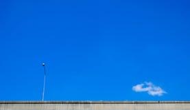 Autostrada z elektrycznym słupem i niebieskim niebem Zdjęcie Stock