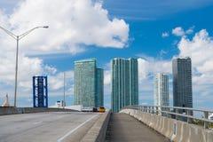 Autostrada z samochodami i drapaczami chmur Miami, usa Droga lub jezdnia dla przewiezionego ruchu drogowego na chmurnym niebieski fotografia stock