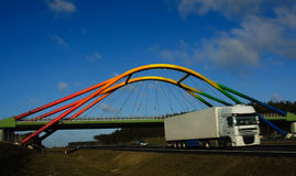 autostrady chodzenie nad tęczy ciężarówki wiaduktem Obraz Royalty Free