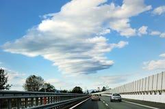 Autostrady droga, samochody, poręczówka, niebo i chmury, Fotografia Stock