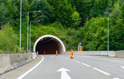 Autostrady drogowy tunelowy wejście w górach obrazy stock