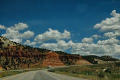 Autostrady rozcięcie przez Utah i Skalistych gór zdjęcia stock