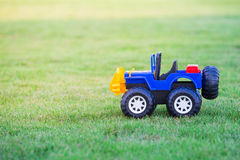 Autostuk speelgoed op gebied van groen gras Royalty-vrije Stock Afbeelding