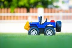 Autostuk speelgoed op gebied van groen gras Stock Afbeeldingen