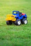 Autostuk speelgoed op gebied van groen gras Royalty-vrije Stock Afbeeldingen