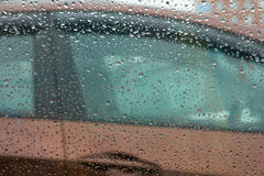 Autotür durch Regentropfen Lizenzfreies Stockbild