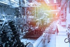 Autoteile auf Fertigungsstraße Fabrik für Produktion von Autos im Blau Moderne Automobilindustrie Blauer Ton stockfotos