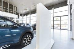 Autotoonzaal met dure voertuigen voor verkoop en huur stock fotografie