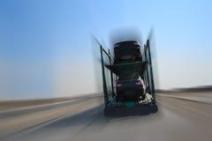 Autotransporter op weg Royalty-vrije Stock Afbeeldingen