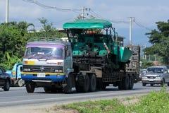 Autotreno per il trasporto dell'escavatore a cucchiaia rovescia Fotografia Stock