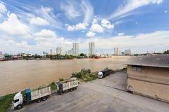 Autotreno in riva del fiume della fabbrica fotografie stock libere da diritti