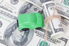 Autotribunes op dollarbankbiljetten kosten om een auto, brandstof, verzekering en andere autokosten te kopen stock afbeeldingen