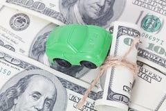 Autotribunes op dollarbankbiljetten kosten om een auto, brandstof, verzekering en andere autokosten te kopen stock afbeelding