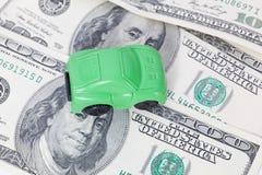 Autotribunes op dollarbankbiljetten kosten om een auto, brandstof, verzekering en andere autokosten te kopen royalty-vrije stock fotografie