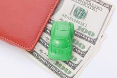 Autotribunes op dollarbankbiljetten kosten om een auto, brandstof, verzekering en andere autokosten te kopen royalty-vrije stock afbeeldingen