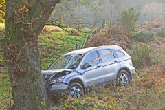Autounfall auf Landstraße. Stockfotografie