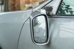 Autounfall, blondes Auto mit einem defekten Rückspiegel Foto von Lizenzfreies Stockbild