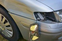 Autounfall, das Fahrzeug mit einem schädigenden Fender, Stoßdämpfer und Blinker Lizenzfreie Stockfotos
