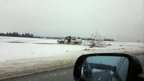 Autounfall im Winter, Auto brach den Baum und beendete auf dem Gebiet lizenzfreies stockfoto