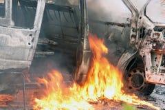 Autounfall mit Flammen stockbild