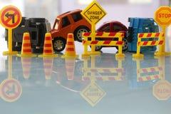 Autounfallzone sperrte weg mit einem gelben Stoppschildbeitrag ab Stockbilder