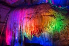 Autour de la Chine - modèle naturel dans les roches - la caverne impressionnante de Fengshuidong avec la piscine d'eau et le pont Photo libre de droits
