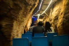 Autour de la Chine - montant le souterrain de train - la caverne impressionnante de Fengshuidong avec la piscine d'eau et le pont Photo libre de droits