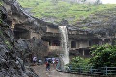 Autour des cavernes d'Ellora, qui se compose de beaucoup de cavernes et de temple photo libre de droits