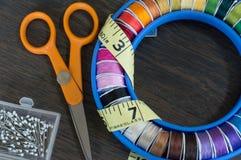 Autour des fils de couture Photo stock
