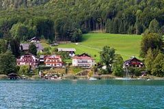autour du beau lac Wolfgang de campagne Photos stock