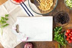 Autour du panneau de cuisine, quinoa, pois chiches, poivrons, concombre, toma Images stock