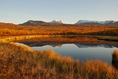 autour du paysage de lac d'automne Images libres de droits