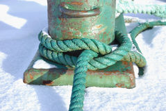 autour du vert de poteau d'amarrage corde nouée Images stock
