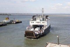 Autoveerboot in de baai Royalty-vrije Stock Fotografie