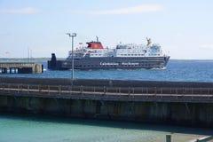 Autoveerboot die de terminal van de eilandveerboot verlaten stock foto's