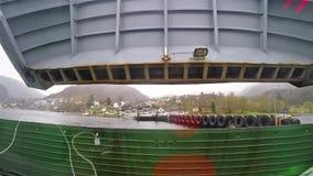 Autoveerboot het openen buik terwijl het aankomen bij havenhaven stock videobeelden