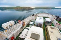 Autoveerboot in Noorwegen Auto's in lijn aan boord Royalty-vrije Stock Foto's